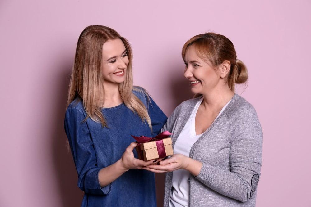 Mor der får en gave af sin datter
